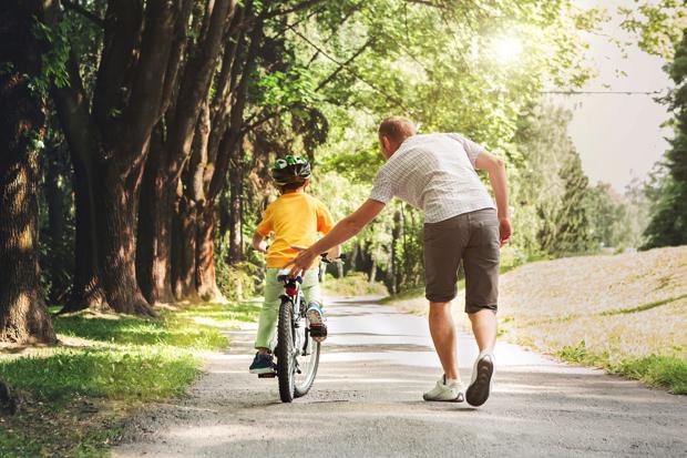 Kinderen leren fietsen