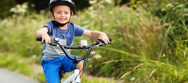 Kinderen leren fietsen.leren fietsen
