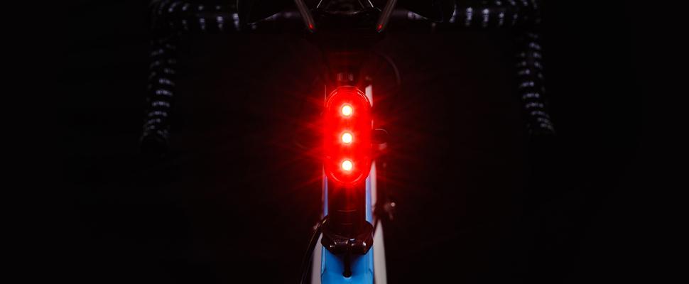 Sterke achterlichten moeten zichtbaar zijn tot op 100 meter
