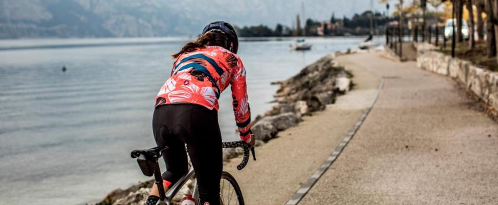 vrouwenkledij voor vrouwelijke fietsers